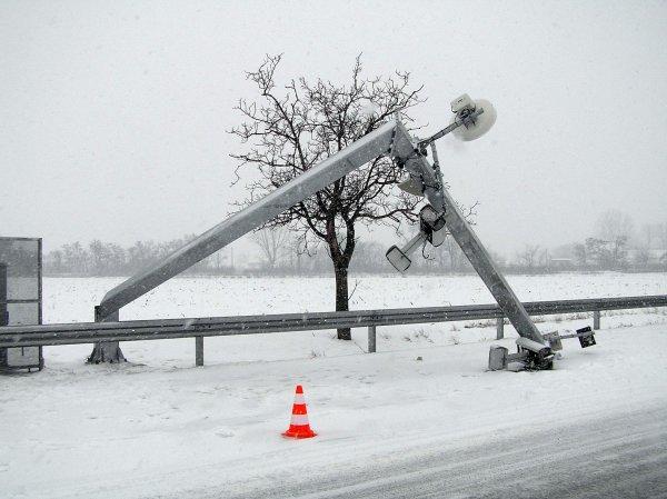 Mýtna brána SkyTollu, ktorú krátko po spustení systému v roku 2010 niekto zničil. Prvé mesiace slovenského mýta poznačili protesty autodopravcov. Foto - TASR