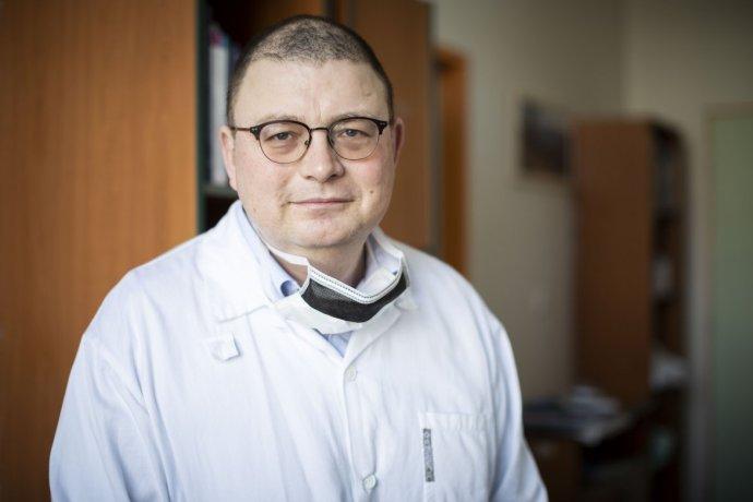 František Duška, prednosta ARO a JIS vinohradskej nemocnice v Prahe. Foto – Deník N/Gabriel Kuchta