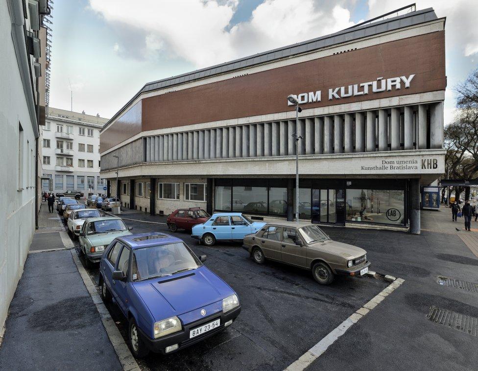 SK Parking 2001/2021 pred bratislavskou Kunsthalle. Foto - KHB/Martin Marenčin