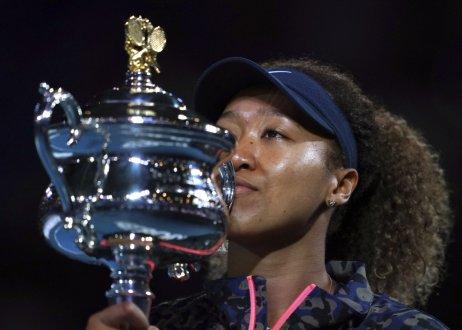 Osaková s trofejou z Australian Open. Foto – TASR/AP