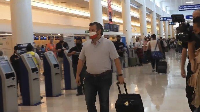 Senátor Ted Cruz na letisku v Cancúne. Foto - TASR/AP