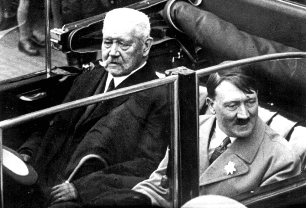 Na archívnej snímke z 1. mája 1933 nemecký prezident Paul von Hindenburg a Adolf Hitler sedia v aute počas osláv Dňa práce v Berlíne. Foto - TASR/AP