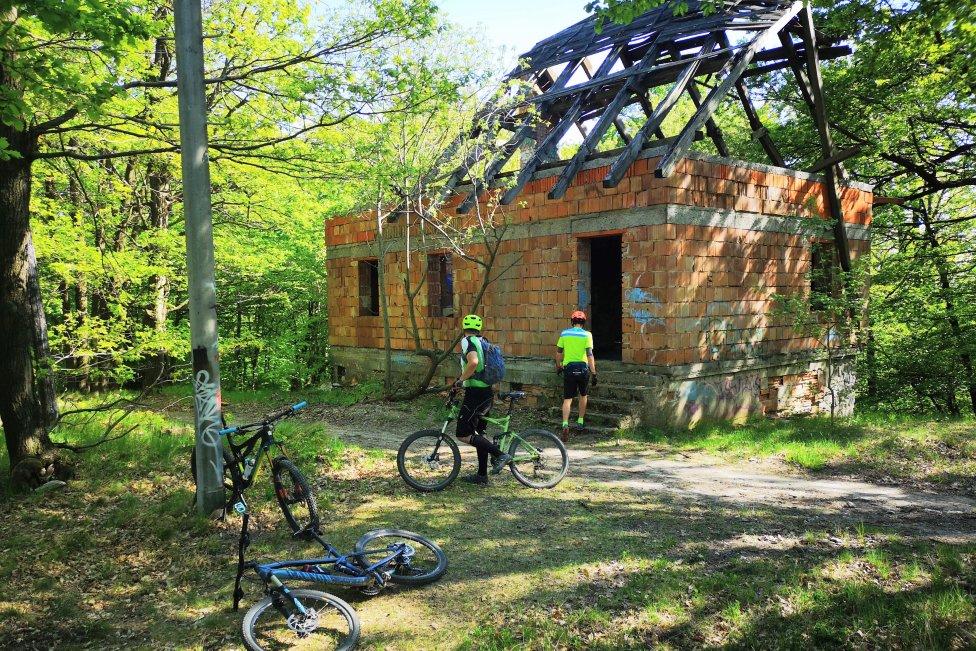 Ruiny turistickej chaty na vrchole zjazdovky sú bez prístupovej cesty, investor tu chce reštauráciu. Foto – Ľubomír Mäkký