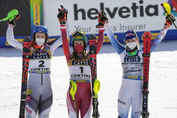 Strieborná Petra Vlhová (vľavo) v cieli slalomu na MS v Cortine d'Ampezzo s víťaznou Rakúšankou Katharinou Liensbergerovou (uprostred) a Američankou Mikaelou Shiffrinovou (vpravo). Foto - TASR/AP