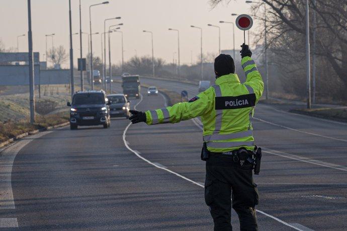 Polícia kontroluje premávku medzi okresmi. Bude to platiť aj o týždeň? Foto - TASR