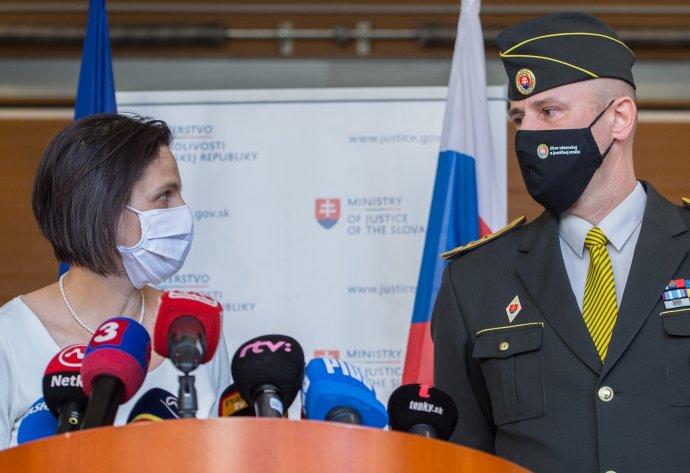 Ministerka spravodlivosti Mária Kolíková a nový šéf väzníc Robert Mudronček. Foto - TASR