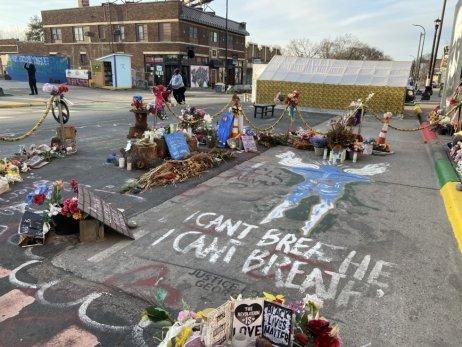 Na tomto mieste zomrel George Floyd. Ľudia na cestu nakreslili obrys jeho tela. Foto – Deník N/Jana Ciglerová