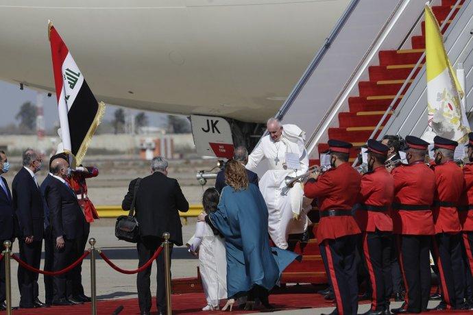 Pápež František vystúpil na letisku v Bagdade. Je to prvá návšteva Iraku z Vatikánu. Foto: TASR/AP