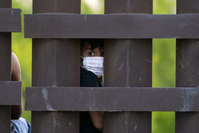 Za prvé dve mesiace roku 2021 sa z Mexika do USA pokúsilo dostať 15-tisíc detí bez sprievodu dospelého. Foto - TASR/AP