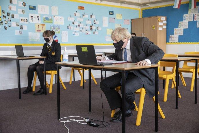Britský premiér Boris Johnson počas dištančného vyučovania v triede na strednej škole Sedgehill School v Londýne 23. februára 2021. Foto - TASR/AP