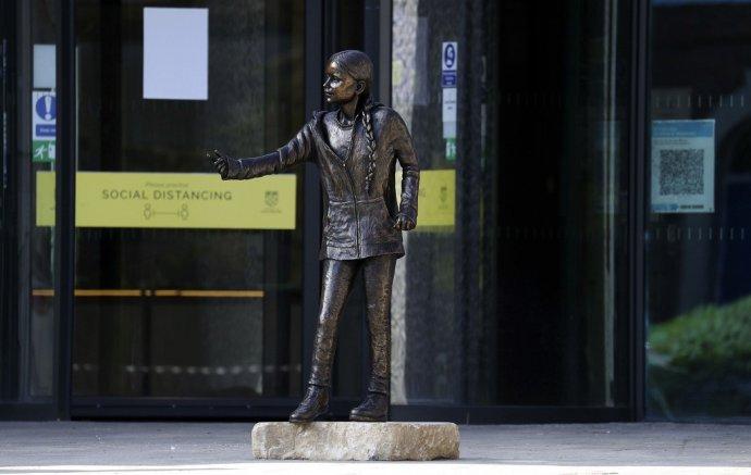 Britská univerzita v meste Winchester odhalila sochu Grety Thunbergovej v životnej veľkosti. Foto: TASR/AP