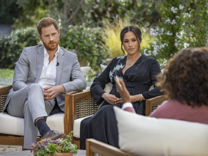 Princ Harry s manželkou Meghan počas rozhovoru s Oprah Winfreyovou. Foto - TASR/AP