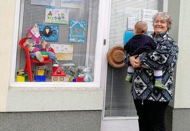 Túto fotku zaslala Eva Ptáčková Deníku N. Stojí pred skladom pre pestúnov s jedným z opatrovaných detí. Foto – archív E. P.