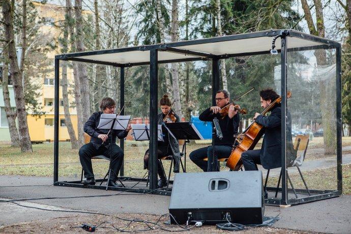 Štrnásty marec 2021, gaštanový park v Bytči. Premiéra druhej časti skladby Black Angels Songs. Foto - Jakub Michel