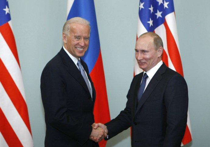 Biden a Putin na archívnej fotografii z roku 2011. Joe Biden bol vtedy viceprezidentom a Barack Obama sa snažil o resetovanie vzťahov s Moskvou. Foto - TASR/AP