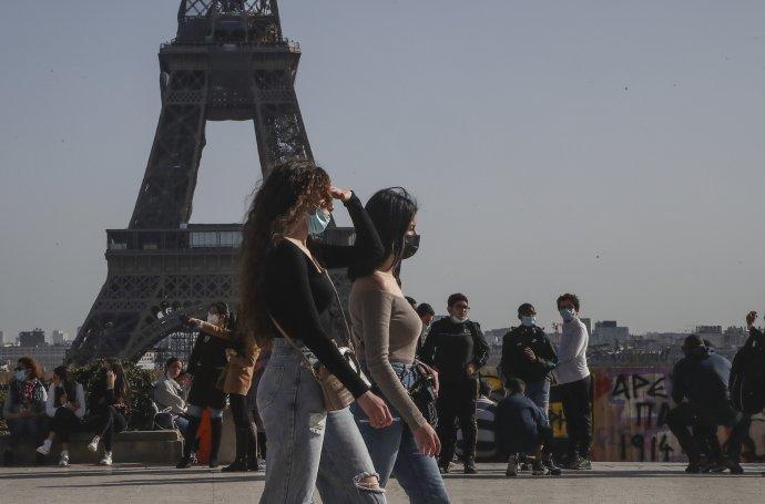 V uliciach Paríža je stále viac ľudí. Foto - TASR/AP
