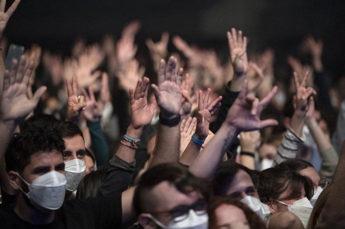 Na koncert španielskej kapely Love of Lesbian prišlo pättisíc ľudí, všetci museli mať negatívny test na covid. Foto - TASR/AP