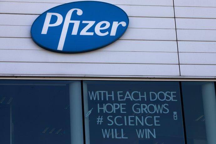 Na snímke logo Pfizeru vo výrobnom centre spoločnosti v belgickom meste Puurs. Ako ukázalo masívne očkovanie v Izraeli, vakcíny proti novému koronavírusu výrazne znižujú počty hospitalizovaných pacientov. Foto - TASR/AP