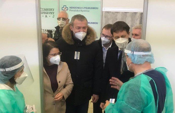 Minister Eduard Heger z OĽaNO a župan Jaroslav Baška zo Smeru pri otvorení očkovacieho centra v Trenčíne. Foto - MZ SR