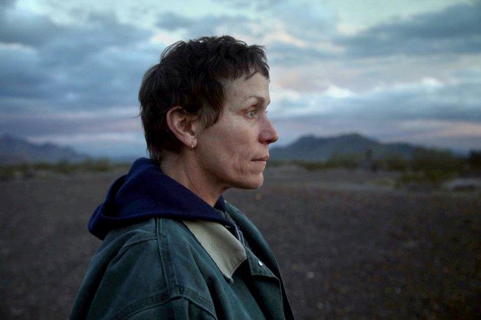 Frances McDormand vo filme Krajina nomádov (Nomadland).