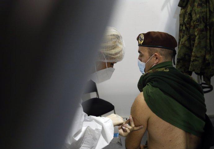 Vojak dostáva vakcínu proti ochoreniu covid-19 od čínskej spoločnosti Sinopharm. Foto - TASR/AP