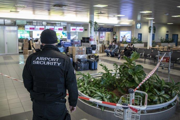 Strážený priestor letiska, z ktorého v pondelok odleteli vyhostení spravodajcovia s rodinami. Foto – Deník N/Gabriel Kuchta