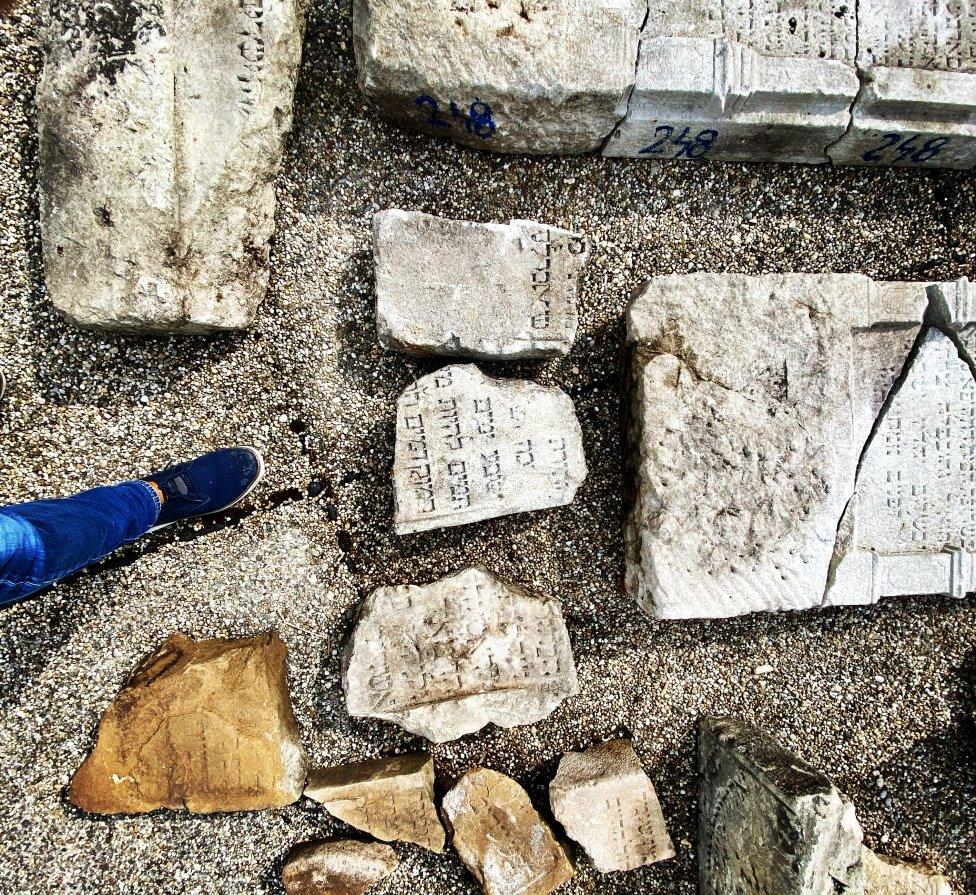 Úlomky náhrobkov zo starého židovského cintorína. Foto N - Mirek Tóda