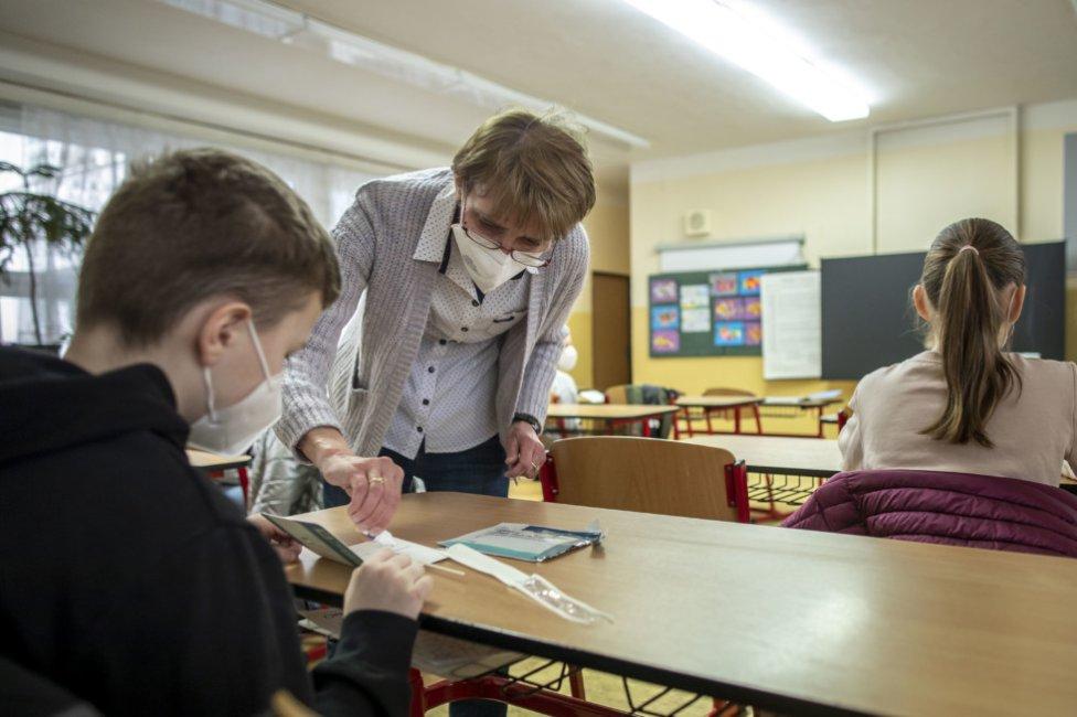 Ampuliek s roztokom nie je dostatok, učitelia preto musia obchádzať deti a kvapkať. Foto - Deník N/Gabriel Kuchta