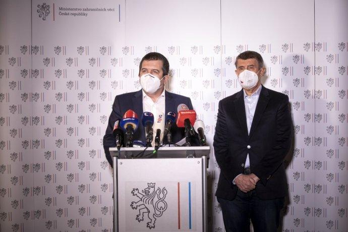 Jan Hamáček a Andrej Babiš na sobotňajšej tlačovej konferencii. Foto - Deník N/Gabriel Kuchta