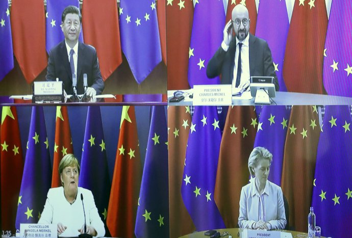 Predseda Európskej rady Charles Michel, čínsky prezident Si Ťin-pching, predsedníčka Európskej komisie Ursula von der Leyenová a nemecká kancelárka Angela Merkelová počas videokonferencie na summite EÚ - Čína vlani v septembri. Foto - TASR/AP