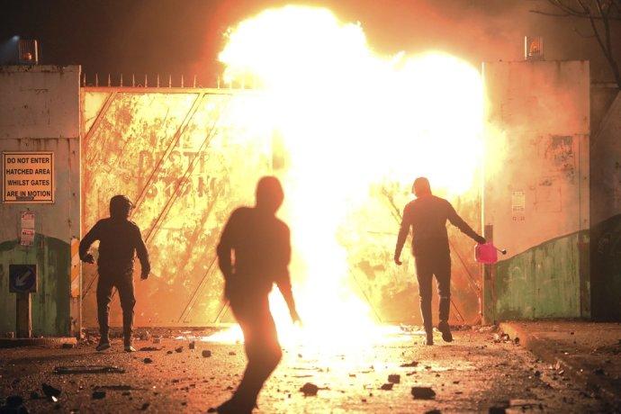 Medzi násilníkmi v severoírskych uliciach sú najmä mladí ľudia. Foto - TASR/AP