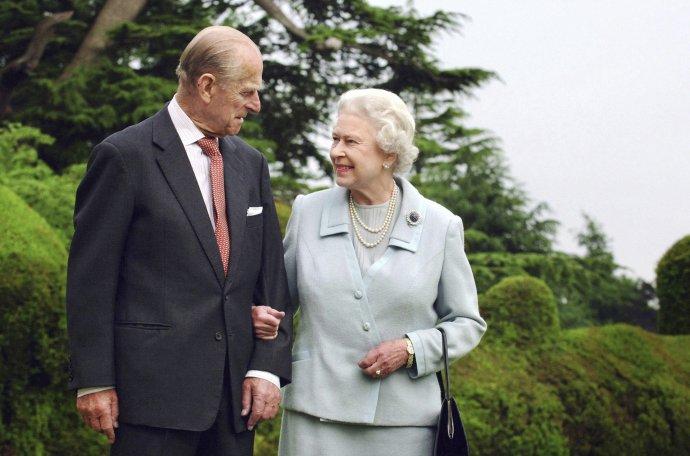 Britská kráľovná Alžbeta II. a britský princ Philip pri príležitosti výročia diamantovej svadby. Foto - TASR/AP