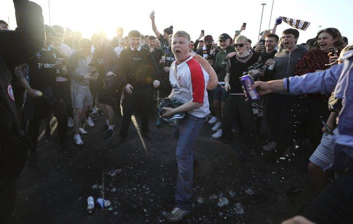 Fanúšikovia protestujú proti rozhodnutiu FC Liverpool vstúpiť do európskej Superligy v anglickom meste Leeds v pondelok 19. apríla 2021. Foto - TASR/AP