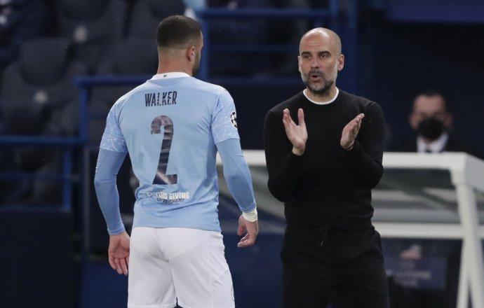 Pep Guardiola udeľuje pokyny Kylovi Walkerovi. Foto - TASR/AP