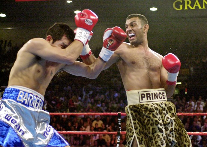 Naseem Hamed (vpravo) počas súboja s Antoniom Barrerom v Las Vegas v roku 2001. Foto – TASR/AP