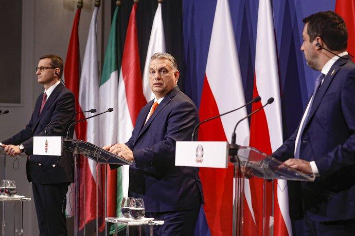 Maďarský premiér Viktor Orbán (uprostred), poľský premiér Matteusz Morawiecki a taliansky exminister vnútra a predseda talianskej ultrapravicovej strany Liga Severu Matteo Salvini počas spoločnej tlačovej konferencie v Budapešti vo štvrtok 1. apríla 2021. Foto – TASR/AP