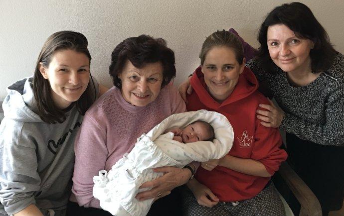 Zlatica Maarová (vpravo), jej dcéra Anna (vľavo) s manželkou, synom a svokrou. Foto - archív Z. M.