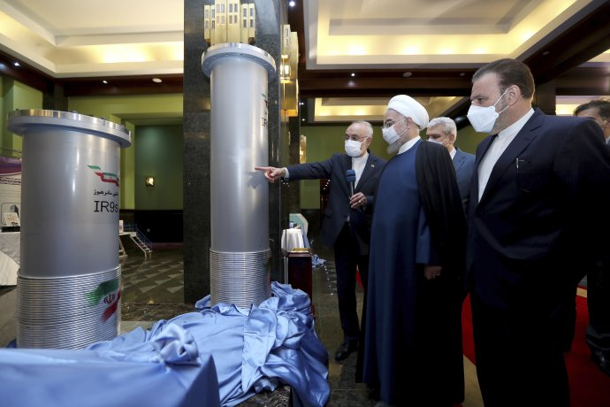 Iránsky prezident Hassan Rúhání so šéfom iránskej atómovej organizácie Alím Akbarom Sálehím pri nových centrifúgach. Deň nato došlo v Natanze k sabotáži. Foto - TASR/AP