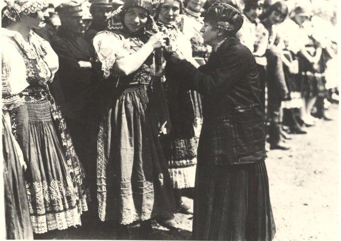 Elena Maróthy-Šoltésová v rozhovore s dievčatami v ľudových odevoch v roku 1926. Zdroj: Slovenská národná knižnica – Literárny archív v Martine