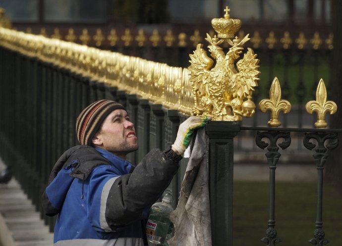 Na prvý pohľad je ruská ekonomika nablýskaná ako dvojhlavá orlica na plote v Petrohrade. Foto - TASR/AP