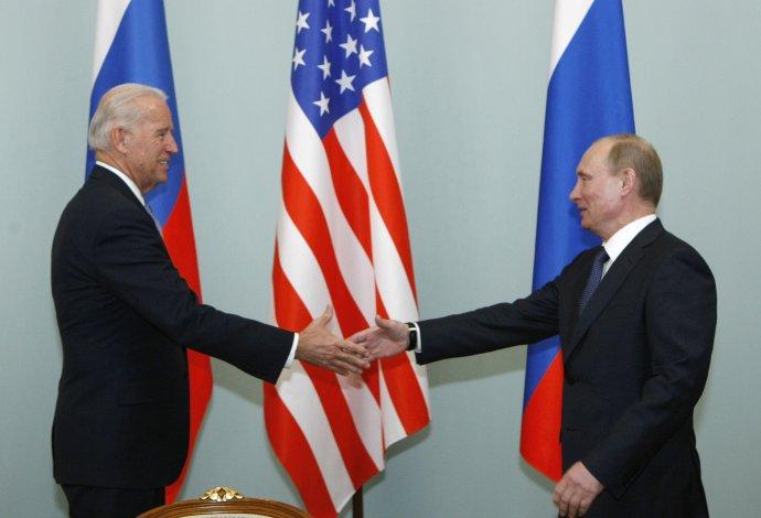 Biden a Putin v roku 2011. Foto - TASR/AP