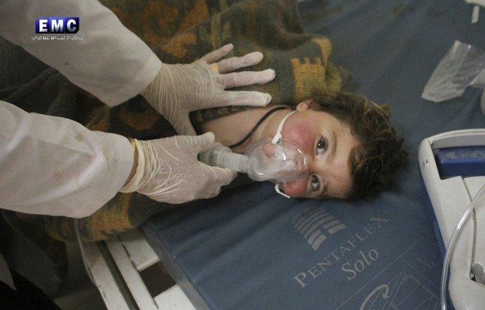 Sýrsky doktor lieči dieťa po chemickom útoku v meste Chán Šajchún v roku 2017, za ktorým zrejme stála sýrska armáda. Foto - TASR/AP