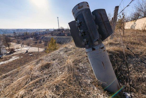 © UNICEF/UN0432351/Getman: Zvyšky rakety ležia zapustené v zemi, v západnej časti filtračnej stanice Lysyčansk, ktorá bola pod silnou paľbou v roku 2014.