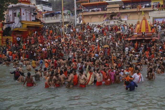 Hinduisti sa počas festivalu Kumbh Méla ponárajú do rieky Ganga, aby zmyli svoje hriechy. Foto: TASR/AP