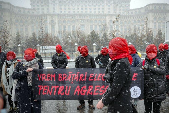 V Rumunsku ženy s červenými závojmi protestovali proti rodovo podmienenému násiliu. Foto: TASR/AP