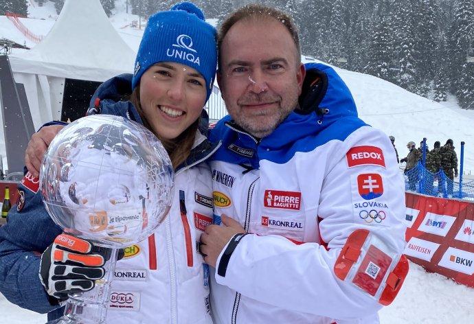 Richard Galovič s Petrou Vlhovou a Veľkým krištáľovým glóbusom. Foto - archív Ski Team Vlha