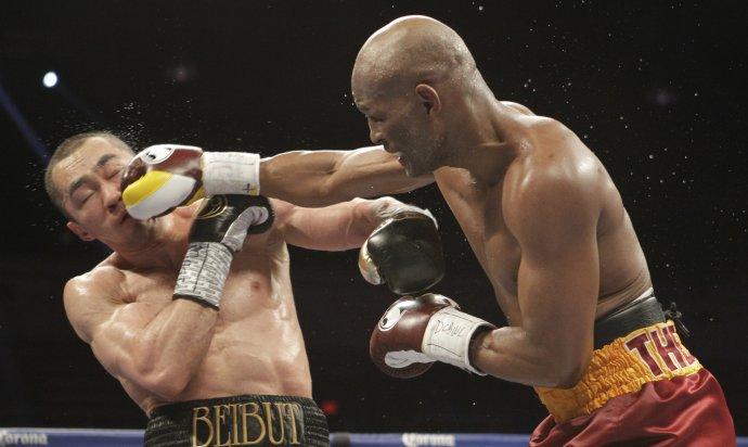 Hopkins (vpravo) a Kazach Beibut Šumenov v boji o titul WBA v poloťažkej hmotnostnej kategórii 20. apríla 2014 vo Washingtone. Foto - TASR/AP