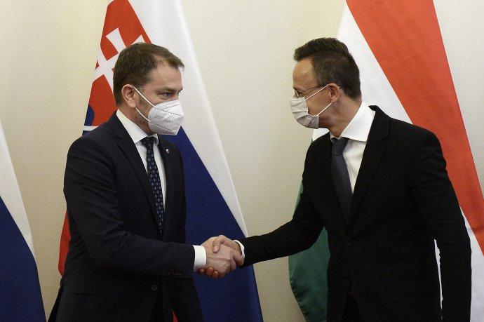 Minister financií Igor Matovič a maďarský minister zahraničných vecí Péter Szijjártó v Budapešti. Foto - TASR/AP