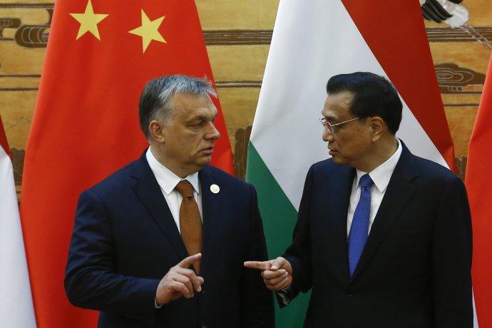 Maďarský premiér Viktor Orbán s čínskym premiérom Li Kche-čchiangom v Pekingu v roku 2017. Foto - TASR/AP