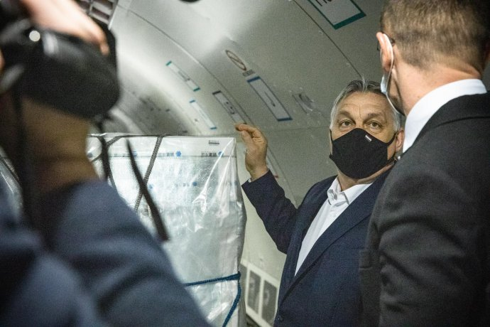 Premiér Viktor Orbán víta čínske vakcíny na letisku v Budapešti. Foto - Facebook/orbanviktor